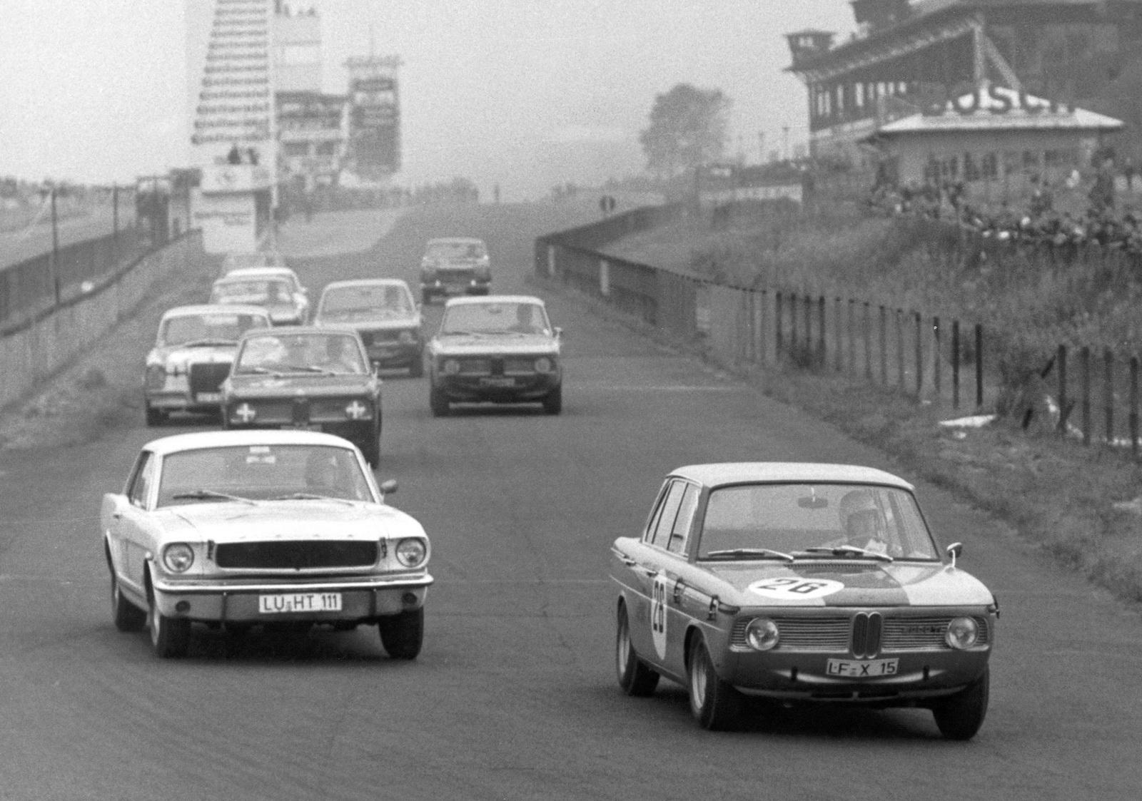 Neue-Klasse คือสปอร์ตซาลูนที่สร้างคำนิยามให้ DNAของ BMW จนทุกวันนี้ ในภาพเป็นรุ่น 2000ti แข่งใน Nurburgring ปี'66