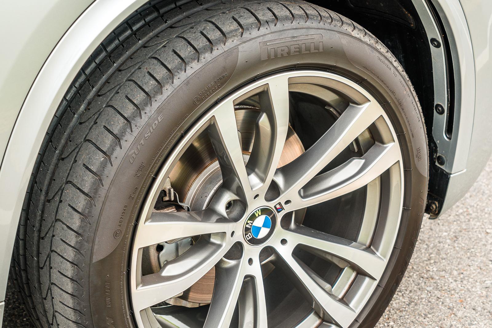 (ล้อ M Sport มาพร้อมกับยาง Pirelli Pzero RunFlat ขนาด275/40 R20 ในล้อหน้า และ 315/35 R20 ในล้อหลัง กว้างระดับเดียวกับ Supercar หลายๆรุ่นเลยทีเดียว )