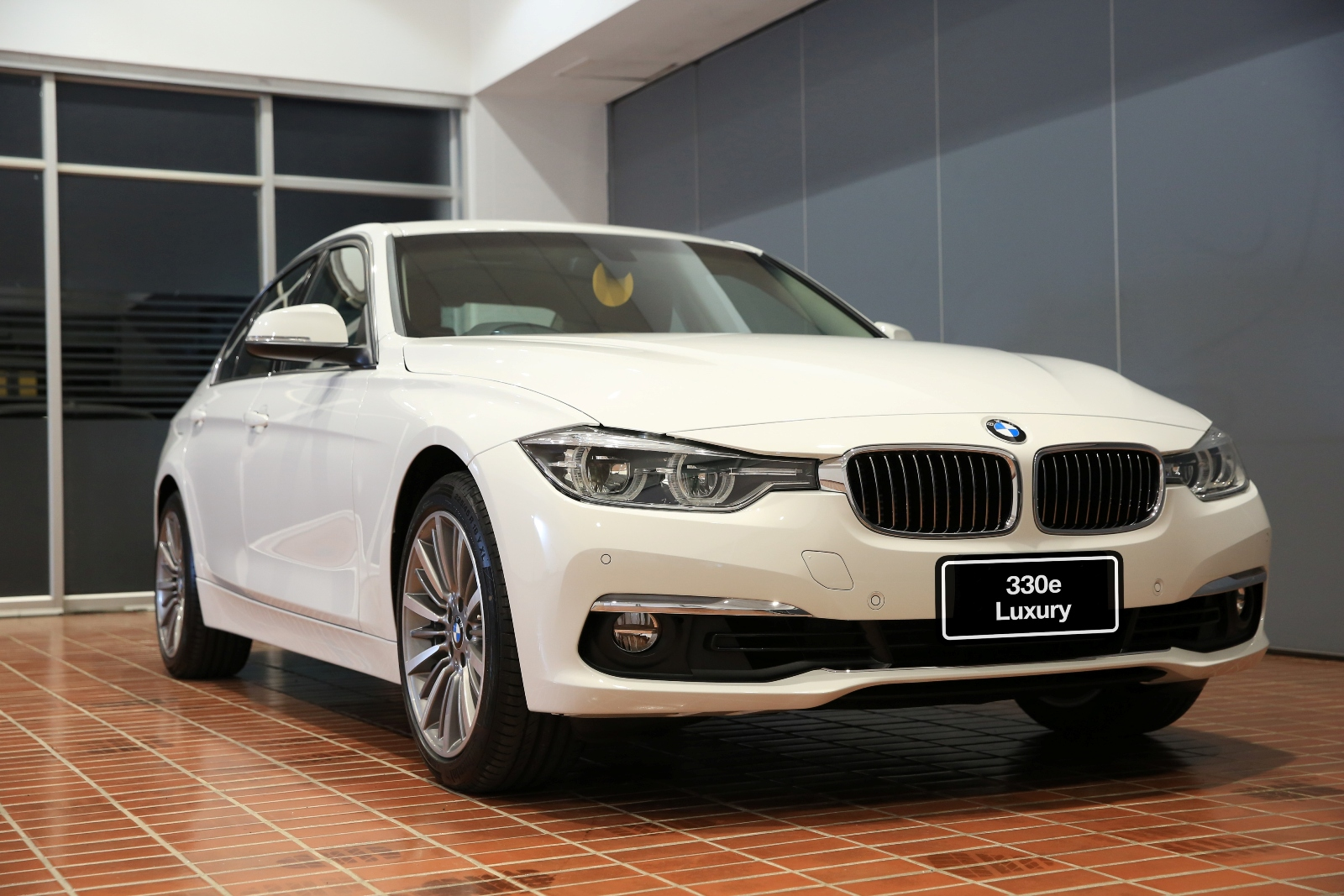 bmw-330e-luxury-2