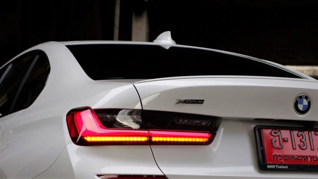 (สัญลักษณ์ xDrive บ่งบอกถึงระบบขับเคลื่อน 4 ล้อของ BMW M340i)